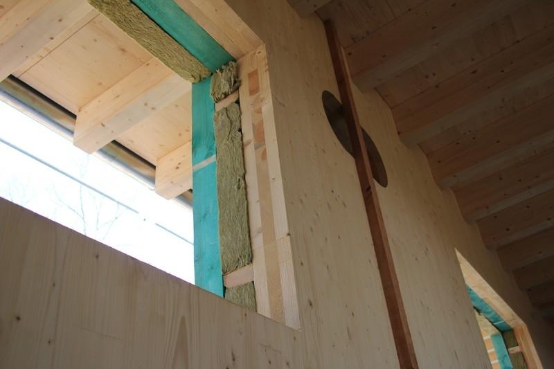 Na miejscu budowy wykonywana jest izolacja, która podnosi energooszczędność obiektu do poziomu pasywnego  Fot. Stora Enso