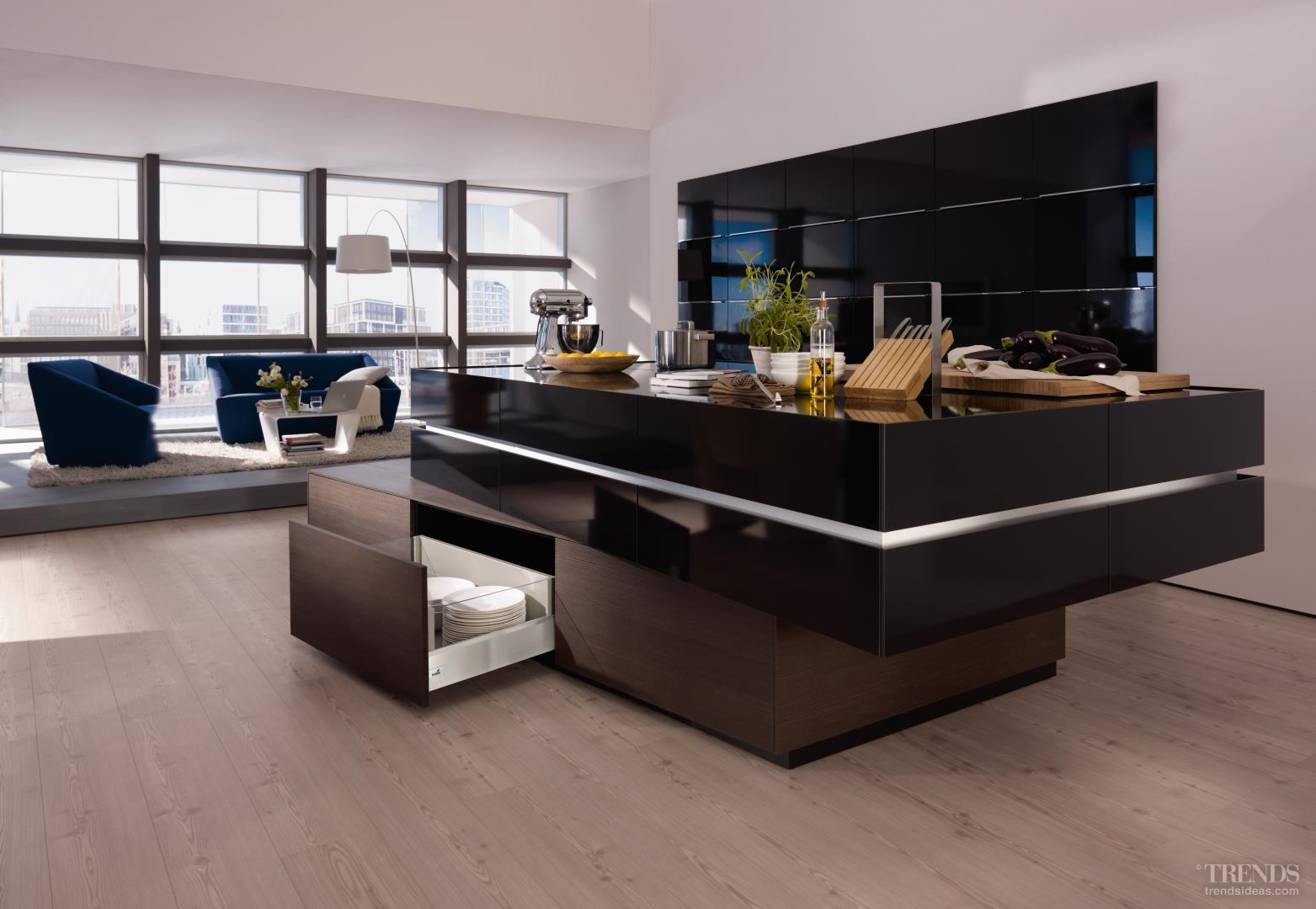 Nawet ciężkie talerze możemy bez obaw przechowywać w szufladach, zwłaszcza jeżeli jest to szuflada ArciTech, która jako jedyny system na rynku wytrzyma obciążenie nawet 80 kg. Świetny design boków szu-flad ArciTech doskonale pasu-je do nowoczesnej wyspy łą-czącej kuchnię z salonem.  Fot. Hettich