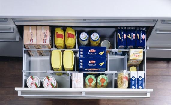 Do przechowywania żywności w idealnym porządku służy system organizerów  OrgaStore 100, który dzieli przestrzeń szu-flady przy pomocy poziomego relingu, na którym można zaczepić specjalne przegród-ki ułatwiające stabilizowanie produktów w szufladzie. Fot. Hettich