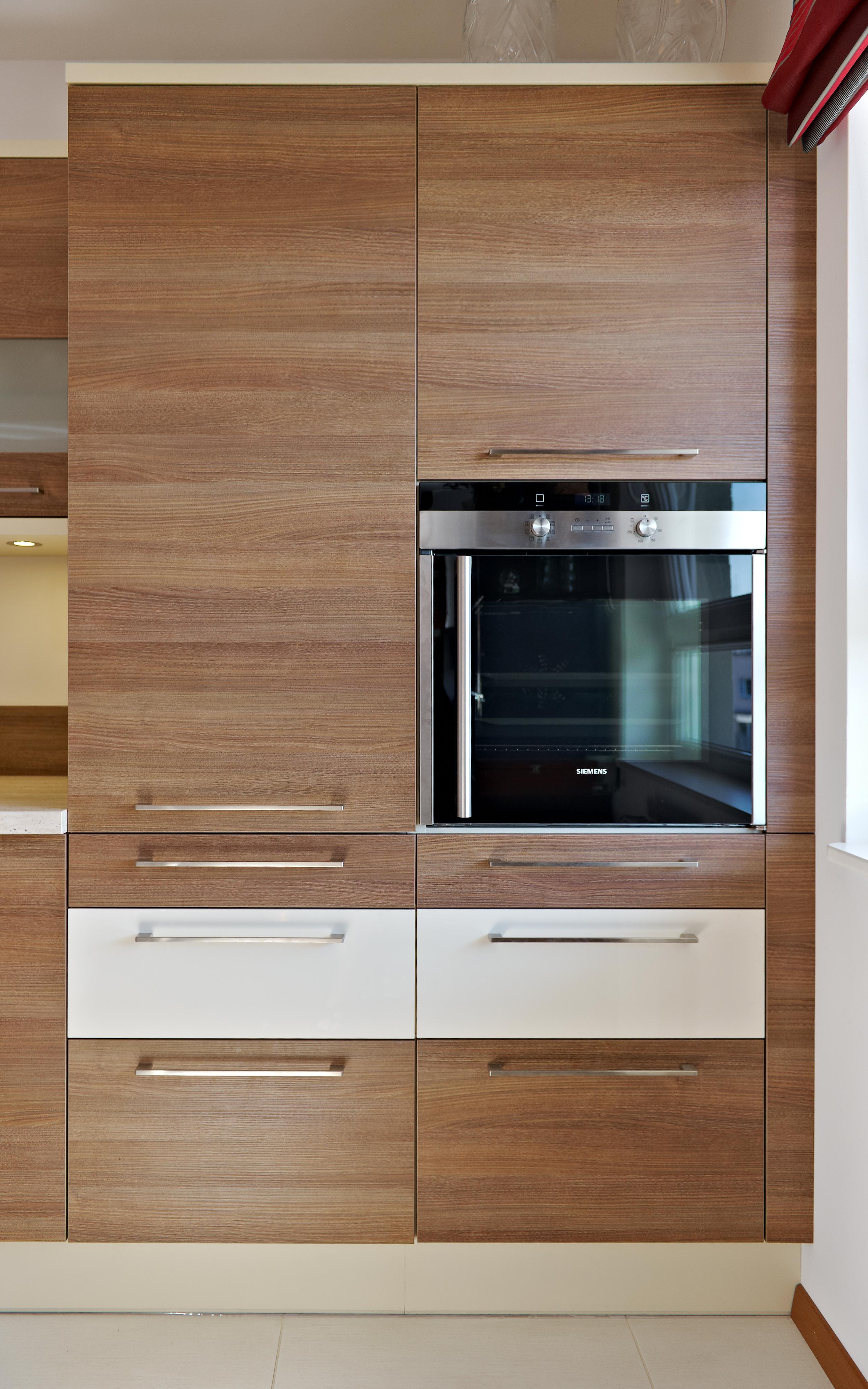 Aby zachować symetrię i harmonię w kuchni, sprzętu AGD nie umieszcza się w przypadkowym miejscu. W tym modelu kuchni Olivia zdecydowano się umieścić piekarnik i mikrofalę w słupku, jedno nad drugim. To jeden z popularniejszych sposobów aranżacji. Fot. KAM