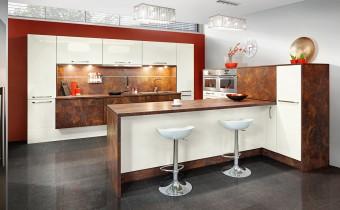 Umiejętne połączenie dekoru marmurowego z kolorem waniliowym sprawia, że kuchnia prezentuje się niezwykle elegancko. Nowoczesne uchwyty współgrają z zabudową AGD i nogami hockerów. Fot. KAM