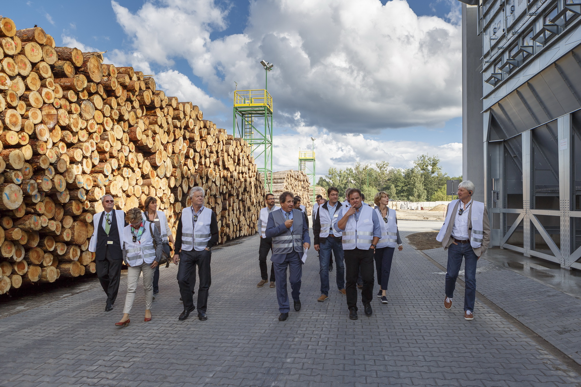 Udo Schramek, właściciel firmy STEICO, osobiście oprowadzał najważniejszych klientów po nowej fabryce w Czarnej Wodzie. Fot. Paweł Winiarski