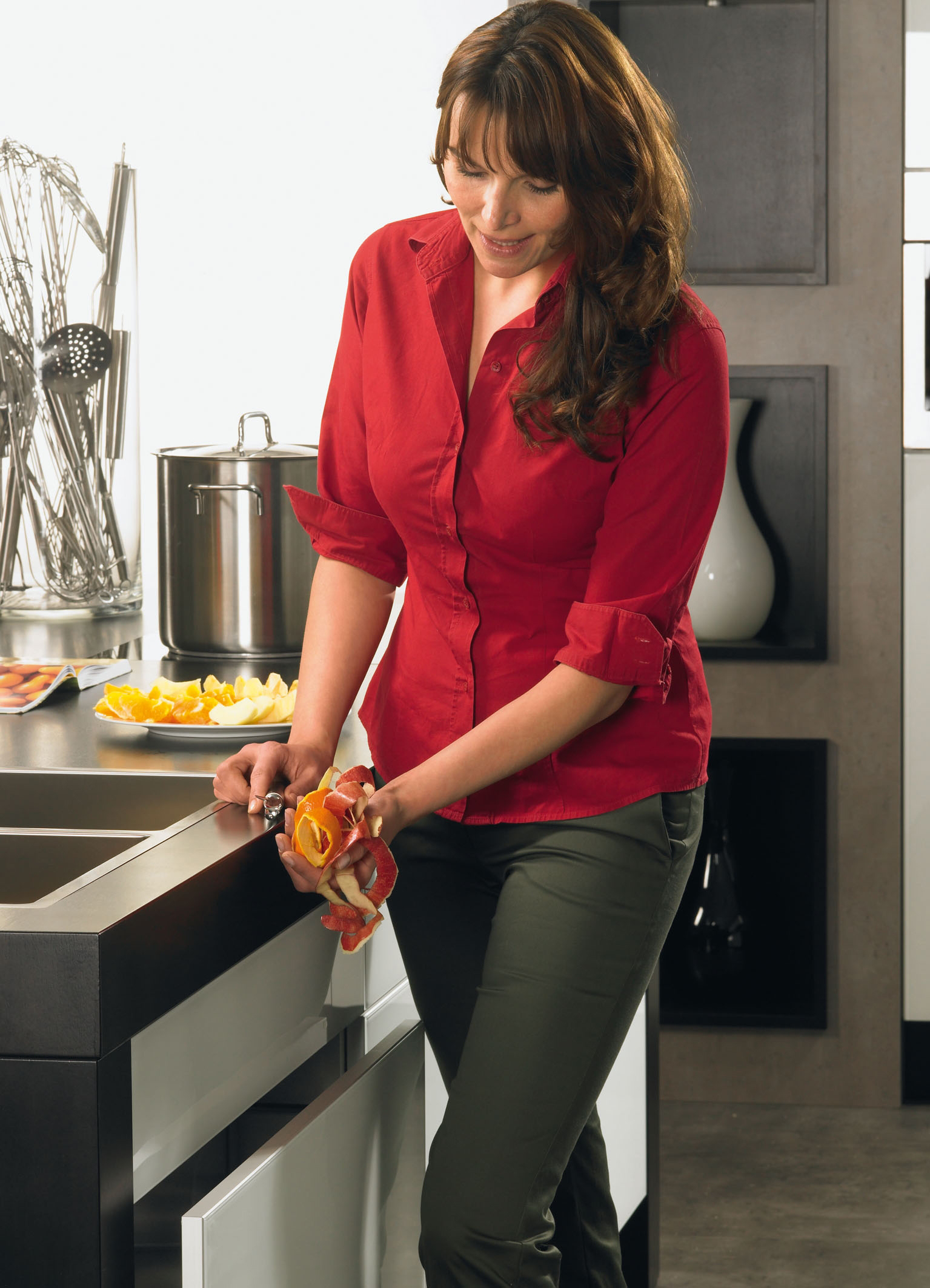 Podczas prac kuchennych, kiedy mamy brudne i zajęte ręce, wystarczy lekko nacisnąć front szuflady kolanem, a ta otworzy się umożliwiając nam sprawne wyrzucenie odpadków. Fot. Hettich