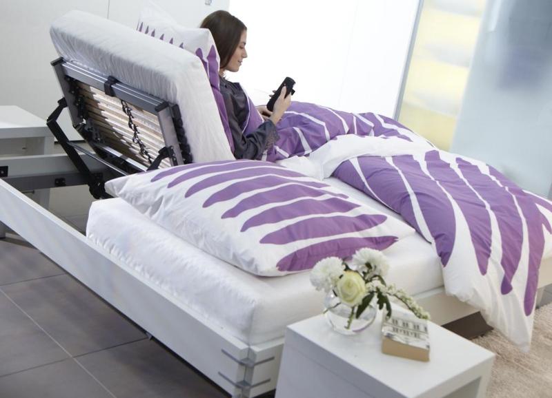 Na szczycie listy najbar-dziej pożądanych mebli w wymarzonej sypialni znalazło się regulowane łóżko, w którym można nie tylko spać, ale także czytać, oglądać telewizję czy zjeść śniadanie. Aby podczas każdej z tych czynności było nam wy-godnie, warto pomyśleć o systemie napędowym Mosys firmy Hettich.  Fot. Hettich