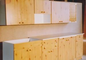 Pierwsza kuchnia MAJA z 1991 r. to zestaw o długości 260 cm, wykonany z płyty laminowanej. Fot. KAM