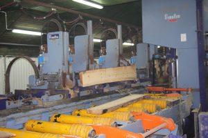 Nowa linia przetarcia Primultini w tartaku Trak-Drew w Bystrej, opiera się na technologii pilarek taśmowych z wózkiem do kłód. W wersji poszerzonej o korowarkę na targach DREMA zostanie przedstawiona na stoisku TEKNIKI w strefie drewna litego.  Fot. Forestor