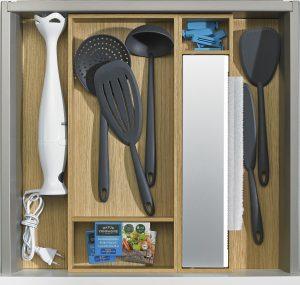 Blender, chochla do zupy, podręczne drobiazgi kuchenne, obcinarka do folii spożywczej ? z powodzeniem zmieszczą się w niewysokiej szufladzie ArciTech wyposażonej w odpowiednie organizery ze specjalnymi boksami do przechowywania poszczególnych przyborów. Fot. Hettich