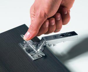 Intermat jest niezwykle wszechstronnym zawiasem i może być stosowany do frontów o grubości 15-43 mm, a kąt otwarcia zawiasu wynosi 95-165 stopni. Fot. Hettich
