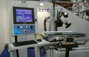 MD Jumb to grupa modeli maszyn COMEC dedykowanych produkcji stolarki, które dostosowywane są do konkretnych potrzeb danego producenta ościeżnic, opasek drzwiowych czy drzwi ramiakowych. Fot. Teknika