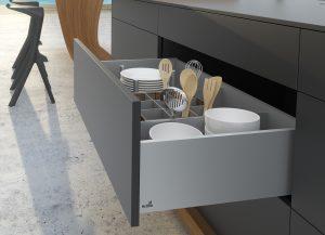 Design AvanTech odbiega od standardowych szuflad kuchennych, ponieważ został zainspirowany meblami pokojowymi klasy premium, dlatego świetnie sprawdza w projektach kuchni otwartych na salon. Fot. Hettich