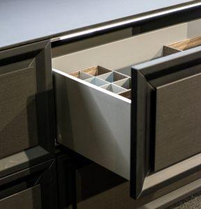 Prestiżu meblom kuchennym Eleganza dodaje nowoczesna technika meblowa, w tym doskonałe szuflady AvanTech wykonane z najwyższej jakości aluminium, z precyzyjnie wykończonymi krawędziami boków. Fot. Halupczok Kuchnie i Wnętrza