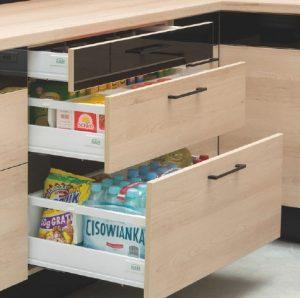 W szufladach przechowujemy produkty i akcesoria o różnej wysokości, dlatego wysokość szuflad powinniśmy dostosować do zawartości. W ten sposób optymalnie wykorzystamy dostępną przestrzeń. Fot. KAM