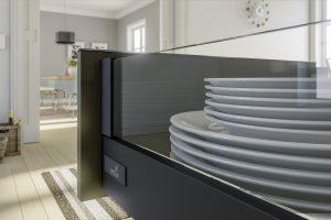 Talerze w salonie ?.. Dlaczego nie? Wytrzymałe prowadnice i piękne szklane boki szuflad w systemie InnoTech Atira sprawdzą się doskonale w meblach pokojowych. Fot. Hettich