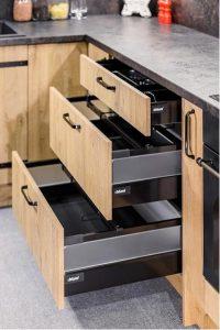Nowoczesne szuflady perfekcyjnie dostosowują się stylistycznie do rodzaju zabudowy i kolorystyki frontów. Możliwości wyboru nie ograniczają się wyłącznie do rozmiarów szuflady, ale również jej koloru i rodzaju wykończenia boków.  Fot. KAM