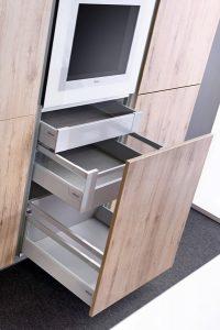 Minimalistyczne, duże powierzchnie frontów mogą zamknąć pakiet kilku szuflad wewnętrznych o różnej wysokości. Każdą z szuflad można wysunąć oddzielnie mając do niej wygodny dostęp. Fot. KAM