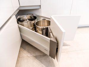 Jeszcze do niedawna narożniki uchodziły za słaby punkt zabudowy kuchennej, a ich potencjał był marnowany przez półki z utrudnionym dostępem. Z problemem tym poradziły sobie szuflady - dzięki specjalnie zaprojektowanej konstrukcji, idealnie zagospodarowały przestrzeń narożną. Fot. KAM
