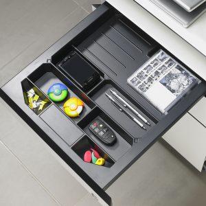 W biurowym piórniku Systema Top 2000 przejrzyście poukładamy drobne akcesoria, spinacze, tusz, kolorowe karteczki czy przybory do pisania. Dzięki wygodnym przegródkom poszczególne przedmioty będą miały swoje stałe miejsce. To skuteczny sposób na utrzymanie porządku w szufladzie. Fot. Hettich