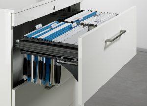 Nawet w dobie dokumentacji elektronicznej, wiele dokumentów przechowujemy w wersji papierowej. Wygodne ramy Systema Top 2000, na których można zawiesić teczki z dokumentami, pozwolą skutecznie nad nimi zapanować i przejrzyście pogrupować. Nawet domowe biuro można perfekcyjnie zorganizować. Fot. Hettich