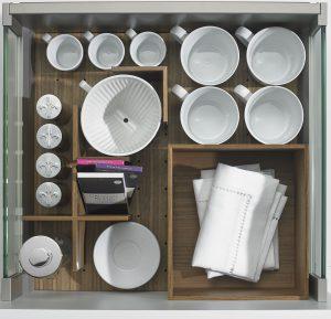 Dzięki mobilnym organizerom z systemu OrgaStore 230 szufladę ArciTech można skonfigurować do własnych potrzeb i aktualnie przechowywanych w niej produktów. Z chwilą ich zmiany bez problemu dostosujemy organizację wewnętrzną do zawartości szuflady. To bardzo skuteczny sposób na zachowanie porządku. Fot. Hettich