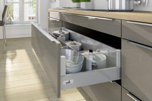 Porządek w kuchni to głównie zasługa dobrej organizacji. Utrzymanie porządku w szufladzie, w której przechowujemy garnki, jest dużo łatwiejsze, jeżeli każde z naczyń będzie miało swoje stałe miejsce. Fot. Hettich