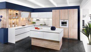 Szyk, styl i ponadczasowe piękno to efekt połączenia bieli z drewnem. Ten duet jest ulubionym motywem w nowoczesnych aranżacjach kuchennych, dlatego zaproponowano go w linii KAMmoduł ProLine. Fot. KAM
