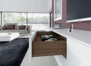 W meblach pokojowych klasy Premium szuflady wykonane z drewna będą się prezentowały wyjątkowo okazale, a dzięki nowoczesnej technice, która jest całkowicie ukryta, będą również komfortowe w użytkowaniu. Fot. Hettich