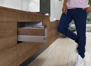 Nawet w przypadku szuflad z frontami bez uchwytów, nowoczesna technika dla mebli Premium, pozwala uzyskać minimalne szczeliny. Fot. Hettich
