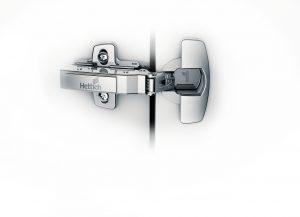 Pod zaślepką zawiasu Sensys ukryta jest zintegrowana regulacja, pozwalająca na łatwe ustawienie minimalnych szczelin, mniejszych niż 1 mm! Fot. Hettich