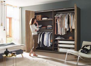 WingLine L to system do drzwi składanych, które otwierają przed Tobą całą zawartość szafy. Fot. Hettich