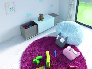 Miejsce do przechowywania zabawek i ławka w jednym. Okucie SlideLine M do niedużych frontów przesuwnych pozwala projektować meble, które zachwycą pomysłowością. Po skończonej zabawie wystarczy wrzucić zabawki do środka i delikatnie zasunąć front. Fot. Hettich