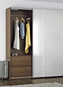 Biały kolor frontów garderoby nie oznacza wcale, że w środku również musi być biel, co może być ciekawym zaskoczeniem. Delikatne pociągnięcie za skrzydło drzwi odsłoni wnętrze szafy, które - dla urozmaicenia - zachwyci pięknem drewna. Fot. Hettich