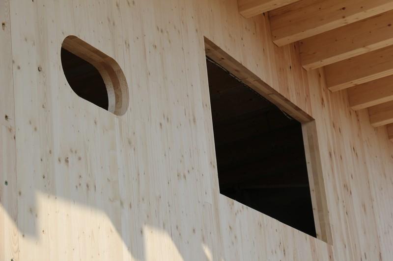 Gotowe ściany budynku przyjeżdżają na budowę już z wyciętymi otworami okiennymi Fot. Stora Enso