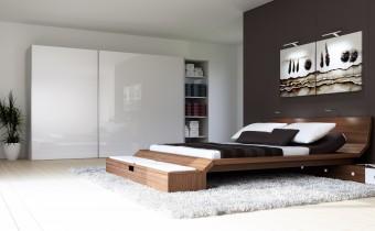 Dzięki zastosowaniu w szafie okuć TopLine firmy Hettich można spo-kojnie odsuwać drzwi i zastana-wiać się nad plażową kreacją nie budząc śpiącego w łóżku obok partnera. Fot. Hettich
