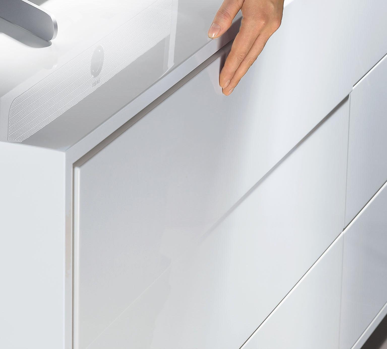 Białe kolory, minimalizm i komfortowe rozwiązania np. otwieranie frontów przez dotyk (system Push to open) ? to trzy proste triki, które dają poczucie prestiżu i wyjątkowości i nie są zarezerwowane tylko dla mebli hotelo-wych. Fot. Hettich