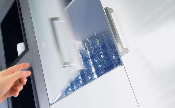 Fronty szafek mają się cicho i praktycznie same domykać, choć są coraz większe i cięższe. Fot. Hettich