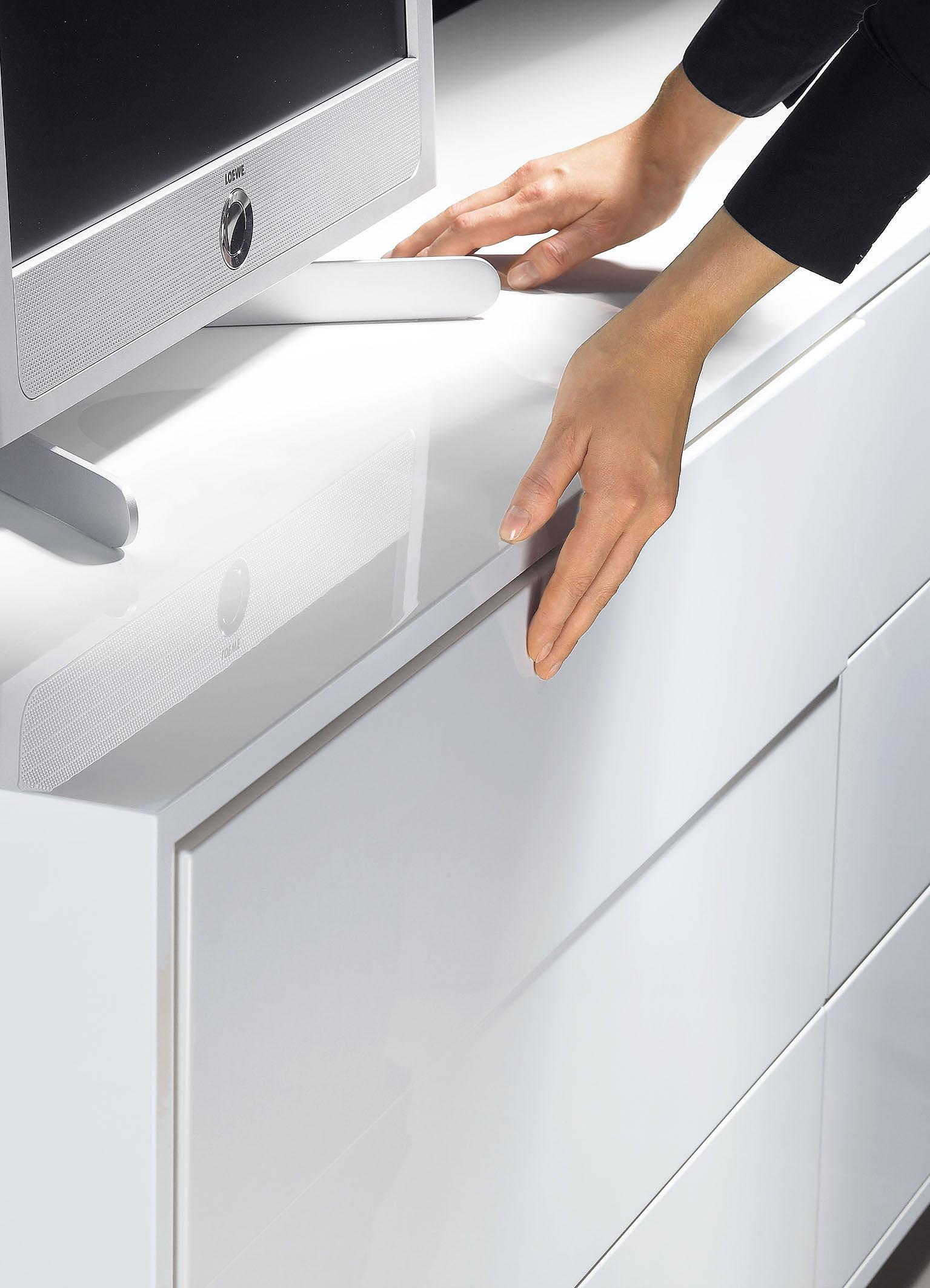 Dzięki nowoczesnej technice meblowej ? takiej jak system Push to open ? wystarczy dotknąć front szuflady, aby ją otworzyć. Fot. Hettich
