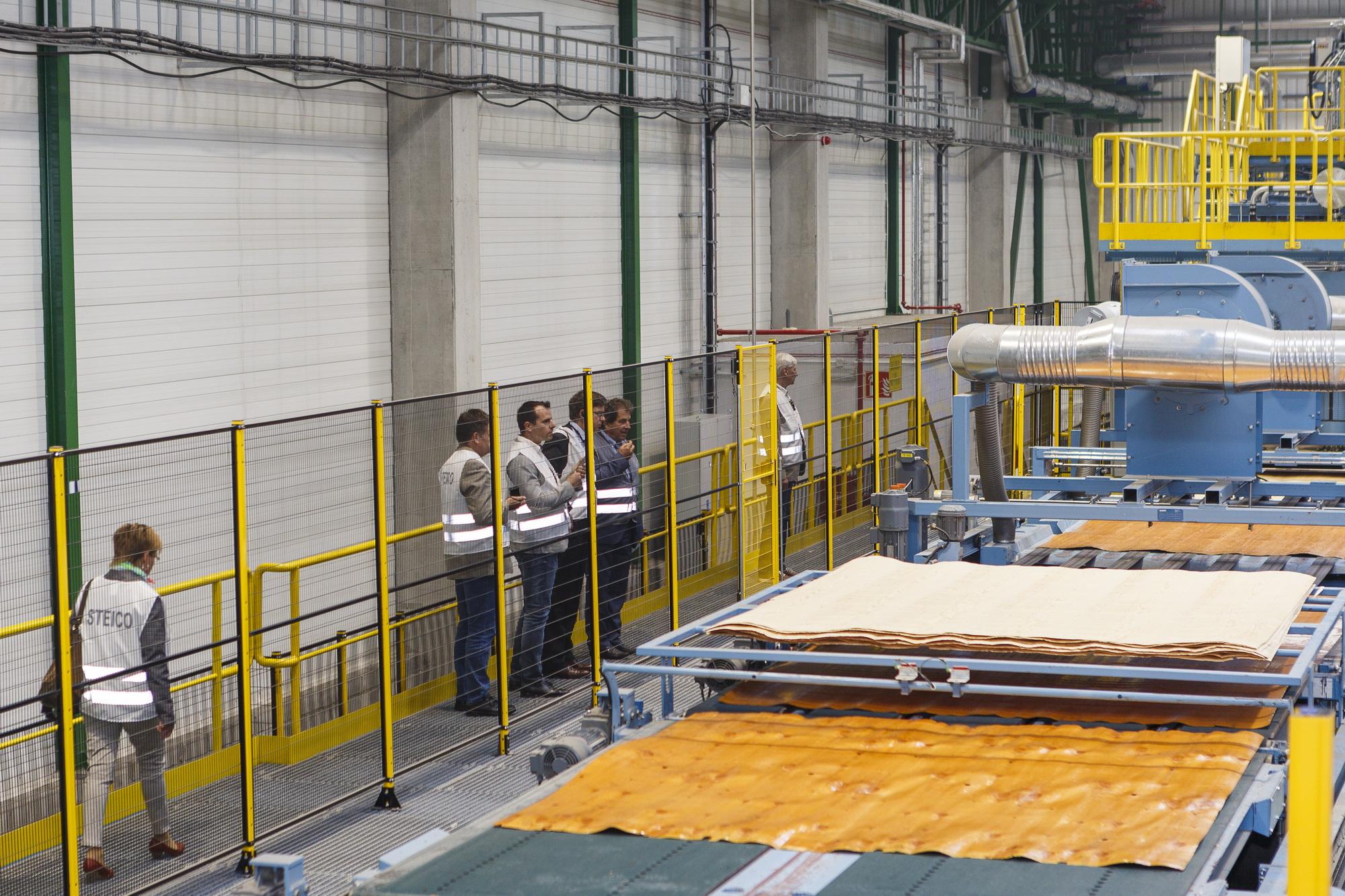 Najnowocześniejszą na świecie fabrykę LVL oraz kolejny ciąg produkcji płyt pilśniowych w Czarnej Wodzie zwiedzali 10 września klienci STEICO z całego świata. Fot. Paweł Winiarski