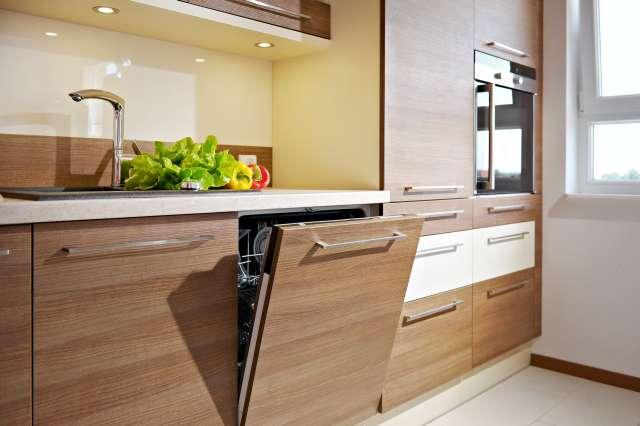 W kuchni konieczna jest zmywarka, by nie szukać po całym biurze właściciela kubka po kawie pozostawionego w komorze zlewozmywaka. Fot. KAM