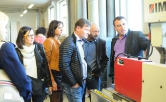 O poszczególnych etapach powstawania mebli na nowoczesnych, sterowanych numerycznie maszynach o niezwykłej dokładności opowiadał kierownik produkcji Sławomir Brzeziński. Fot. Forestor