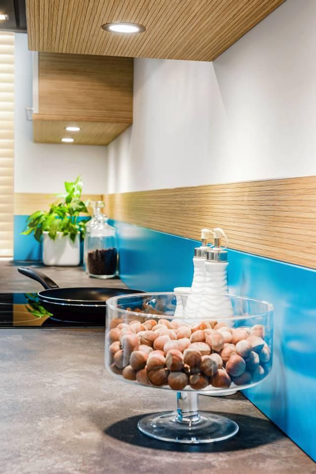 Nowy dekor dąb highline doskonale imituje strukturę drewna. Jasna barwa drewna to doskonałe ?tło? dla intensywnego turkusu. Fot. KAM
