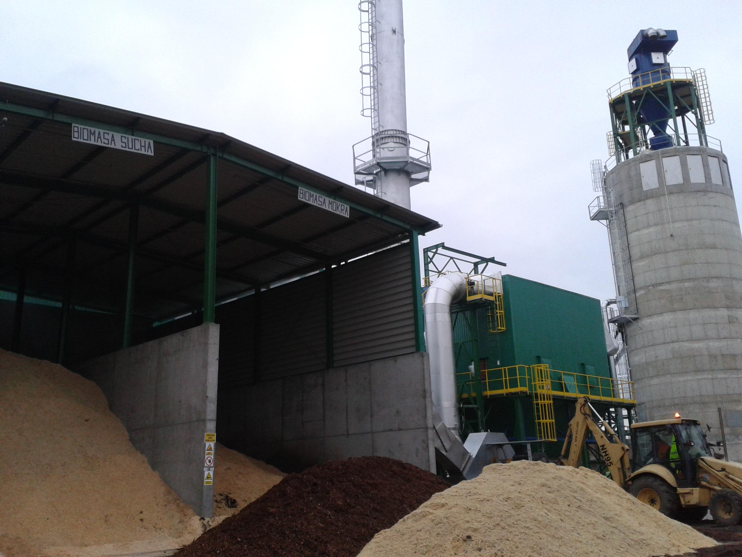 W kotle jest spalana biomasa mokra pozostająca po produkcji płyt LVL, odpad suchy w postaci forniru poza klasowego, który nie zostanie wykorzystany na potrzeby produkcji, jak również pył drzewny pochodzący z procesu obróbki gotowych płyt. Fot. Steico