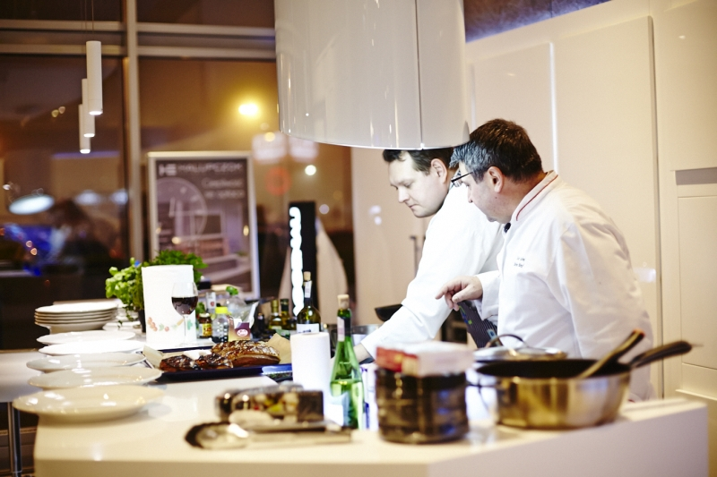 Szef kuchni Stefana Birka, główny juror kon-kursu, przygotował po-trawy według przepisów nadesłanych przez uczestników w salonie Halupczok. Fot. Hettich