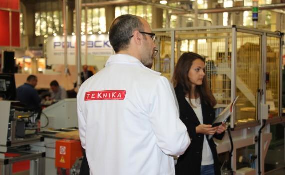 Inż. Justyna Laszuk, studentka studiów II stopnia WTD podczas targów DREMA na stoisku TEKNIKA.  fot. TEKNIKA