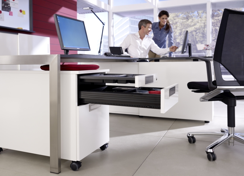 Stres w pracy potęguje niepotrzebny hałas, dlate-go kontenery biurowe z programu Systema Top 2000, wyposażone w Si-lent System, uciszą zamy-kające się szuflady. Fot. Hettich