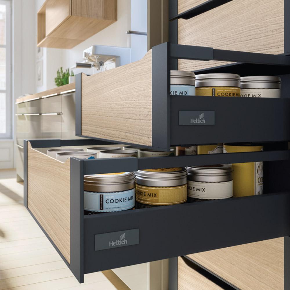 Linia Atira to nowe wcielenie znanej szuflady InnoTech, poruszającej się na gwarantującej najwyższą jakość użytkowania prowadnicy Quadro. Fot. Hettich