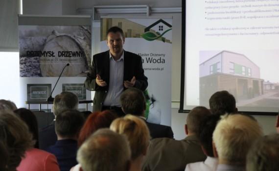 Rozwój energooszczędnego budownictwa drewnianego to nie tylko szansa dla pojedynczych firm, które chcą szybko i dobrze budować, ale również dla całego kraju, ponieważ doskonale wpisuje się w założenia Strategii EUROPA 2020, co zobrazował Steffen Zimy, prezes STEICO. Fot. Forestor
