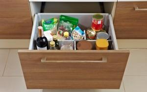 Nieporządek w kuchni wynika ze złego zaplanowania szafek kuchennych. W systemie KAMmoduł, wielkość każdej z szuflady jest optymalnie dopasowana do przechowywanych w niej produktów czy akcesoriów kuchennych a specjalne organizery wewnętrzne ułatwiają szybką segregację i utrzymanie porządku. Fot. KAM