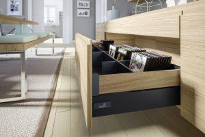 Wysoki bok szuflady InnoTech Atira tworzą dwa elementy - dolny, który może być w kolorze srebrnym, białym lub antracytowym, natomiast górny element boku można wykonać z drewna lub płyty drewnopochodnej w tym samym dekorze co fronty czy korpusy mebla. Fot. Hettich