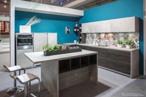 Kolekcja KAMmoduł ProLine z frontami w kolorze szarego marmuru i drewna wiązu to przykład modnego stylu minimalistycznego. Nawet jego zwolennicy mogą sobie jednak pozwolić na ?letnie? ożywienie wnętrza kuchni: intensywny niebieski, którym pomalowano ścianę, stanowi doskonałe tło dla stonowanych kolorystycznie mebli. Fot. KAM