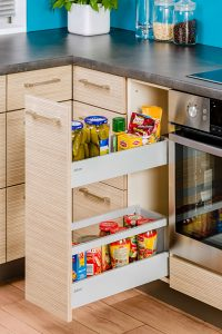 Nie zajmuje wiele miejsca, a jest bardzo pojemne. Cargo można wykorzystać na mini spiżarnię, zwłaszcza jeżeli pomiędzy szafkami zostało trochę wolnej przestrzeni. Fot. KAM